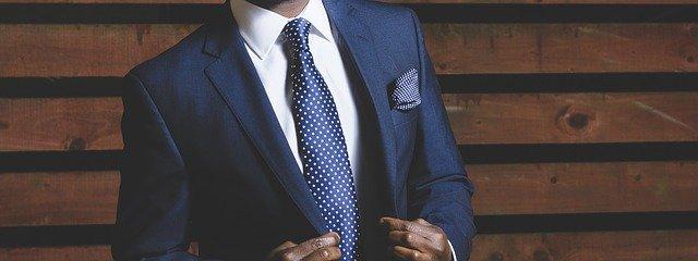 modrý oblek s kravatou
