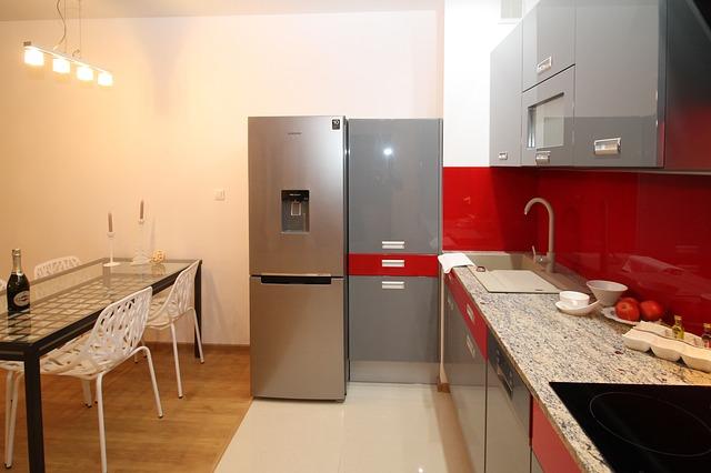 šedočervená kuchyně, lednice, stůl, židle