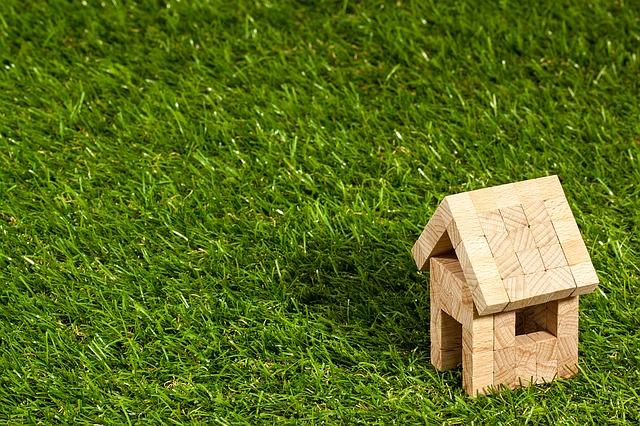domeček na trávníku