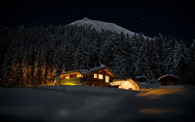 zasněžená chata v horách
