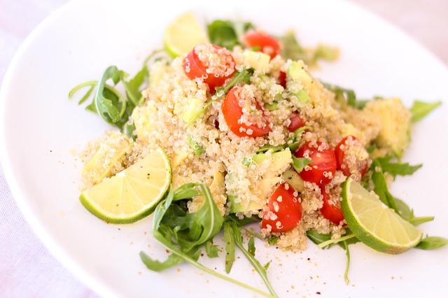 salátek z quinoi a rajčátek
