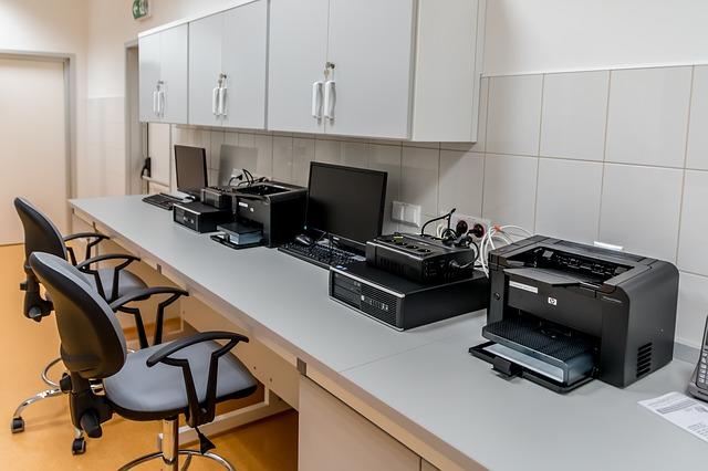 tiskárny na stole