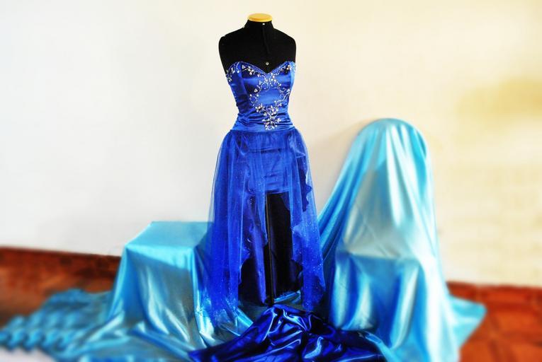 modré šaty s krajkou, které se šijí na míru