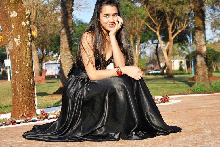 dívka ve společenských černých šatech