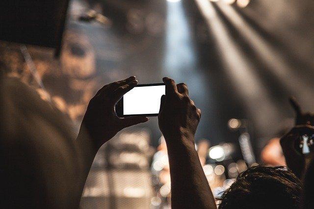 lidé v kině v mobilem