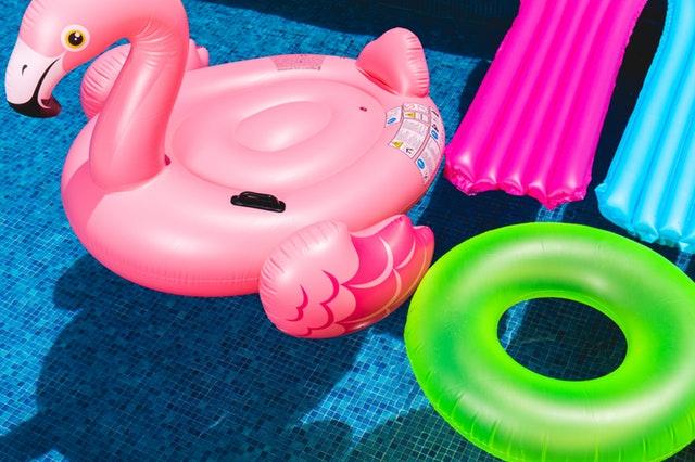 nafukovací hračky na vodní hladině