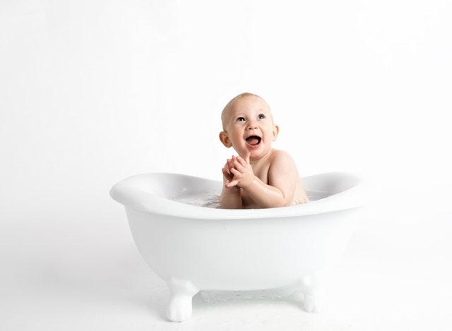 miminko sedící ve vaně