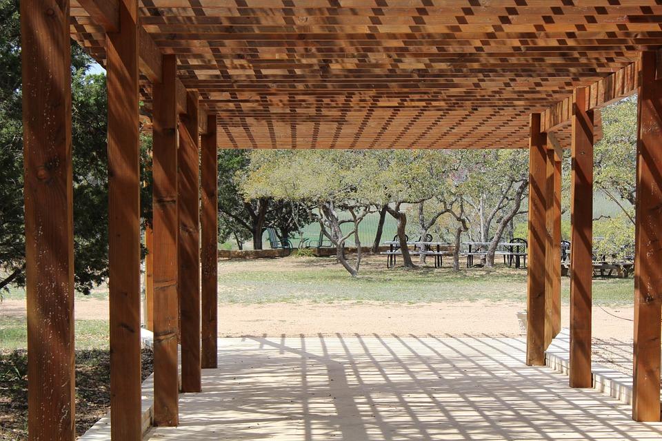 Pergola ze dřeva vyzdobí každou zahradu